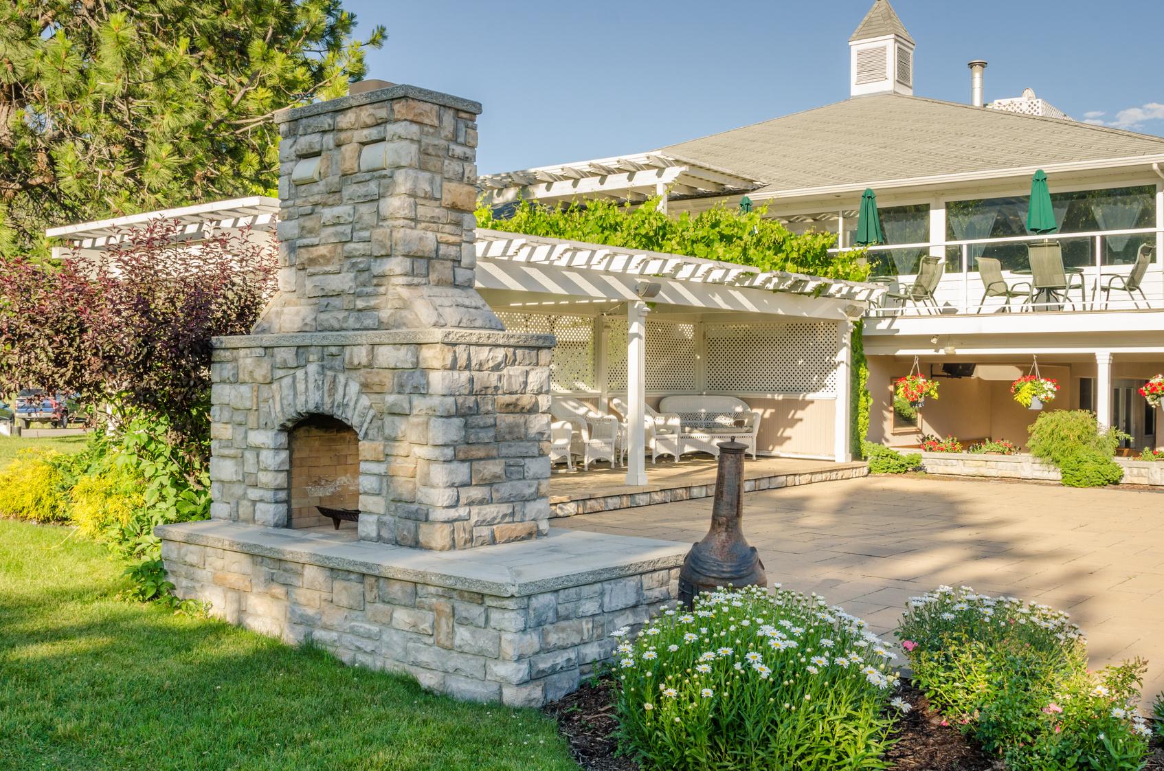 Construire un barbecue en pierre : à qui confier le travail ?